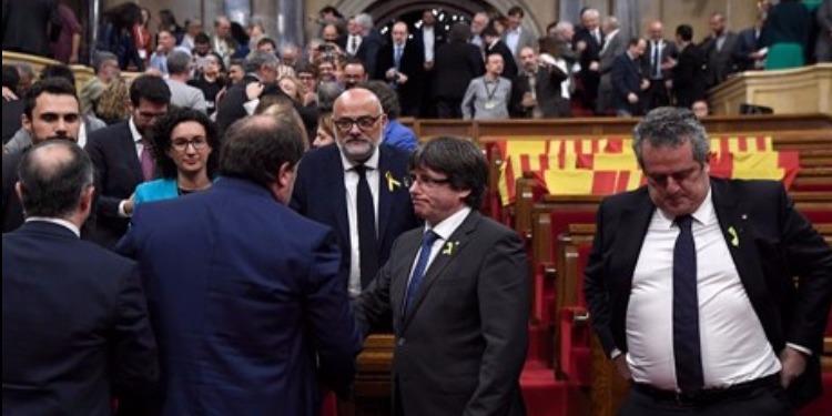 إسبانيا تقيل 141 مسؤولاً كتالونياً بينهم رئيس حكومة الإقليم