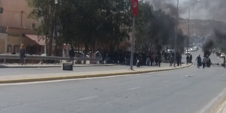 تطاوين: حرق العجلات المطاطية وتلويح بإضراب عام