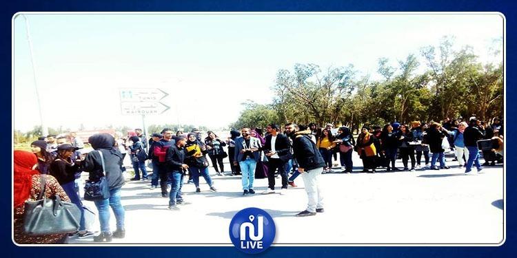 طلبة كلية الاداب يغلقون الطريق بين رقادة والقيروان