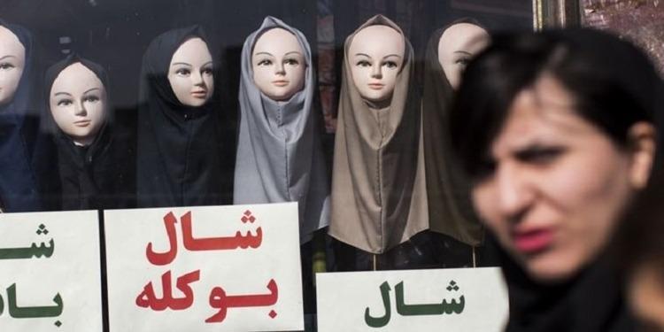 عامان سجنا لإيرانية خلعت حجابها في مكان عام