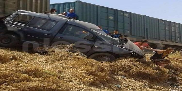يدهس السيارة ويجرها تحت عجلاته عدة أمتار: قطارٌ يودي بحياة شخص (صور)