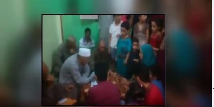 مأذون يفارق الحياة أثناء عقده قران ابنته(فيديو)