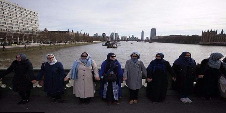 بريطانيا : محجبات على جسر ''ويستمنستر'' للتعبير  عن احتجاجهن ورفضهن للعملية الإرهابية الأخيرة (صور)