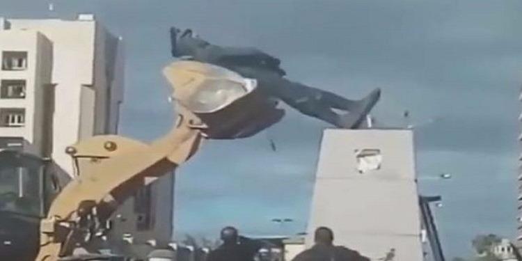 غضب في مصر بعد كسر تمثال عبد المنعم رياض (فيديو)