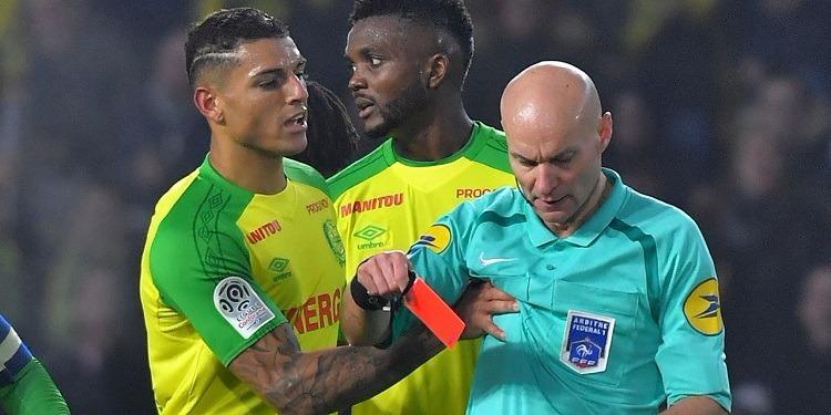 بعد محاولته ركل مدافع نانت: إيقاف الحكم الفرنسي طوني شابرون لمدة 3 أشهر