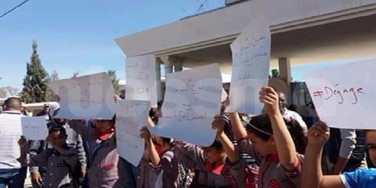 قابس: الوالي يقطع زيارته إلى بوشمة بعد رفع شعار ''ديقاج'' في وجهه (فيديو)