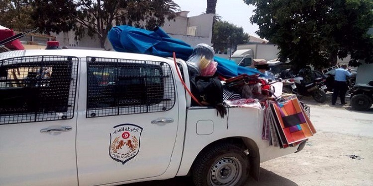 صفاقس: حجز 3 أطنان من الملابس المستعملة وإيقاف 4 مفتش عنهم
