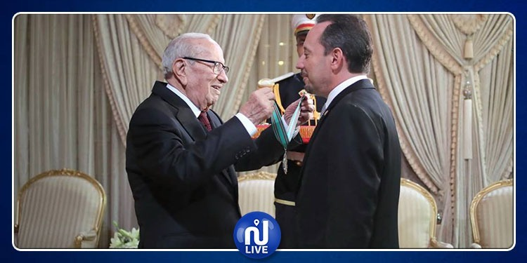 رئيس الجمهورية يمنح الصنف الأول من وسام الجمهورية للسفير الأمريكي
