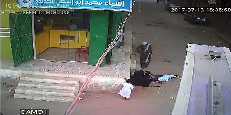 أب يقتل ابنه رميا بالرصاص أمام والدته ( فيديو )