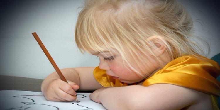 من خلال رسوماتها..  والدان يكتشفان تعرض إبنتهما للإعتداء جنسياً !