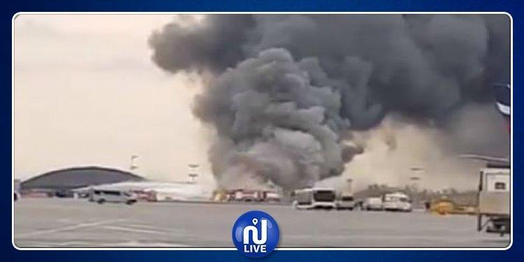 موسكو: حريق بطائرة أثناء هبوطها بالمطار (فيديو)
