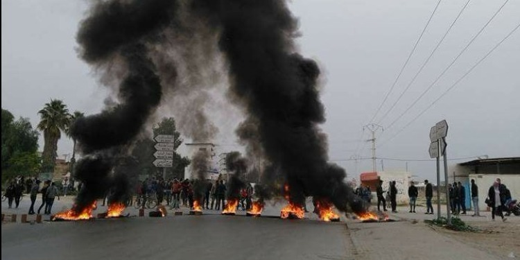 طبربة: وفاة مواطن وإصابة 5 أعوان أمن في المواجهات بين المحتجين وقوات الأمن