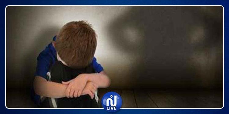 طفل يحمل أثار حرق في يده يعترف لمعلمته أن والده قام بكيّه (فيديو)