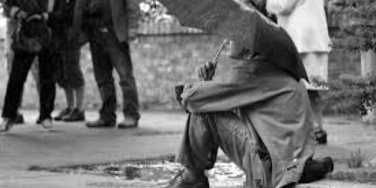 متشرد يجني ثروة طائلة بعد وقوفه ساعتين تحت المطر