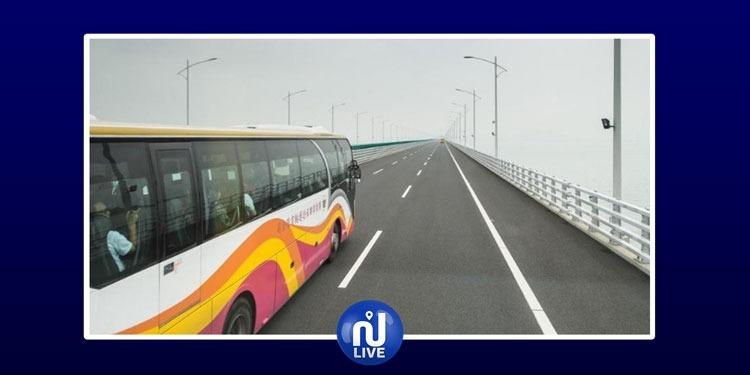 شجار بين السائق وراكبة يتسبب في سقوط حافلة من أعلى جسر (فيديو)