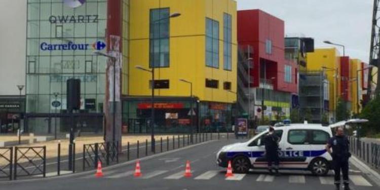 فرنسا: احتجاز 10 رهائن من قبل مسلحين في مركز تجاري شمال باريس
