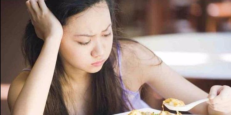 تناول الطعام بمفردك قد يعرضك إلى أمراض خطيرة !