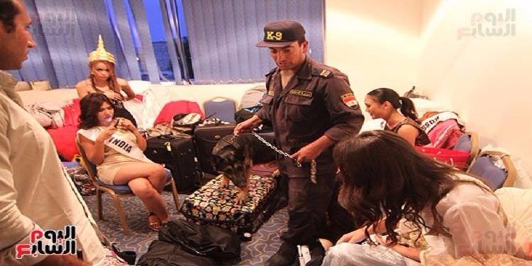 مصر: خبراء المتفجرات يمشطون غرف تبديل ملابس ملكات جمال العالم للسياحة بالكلاب بحضورهن (صور)