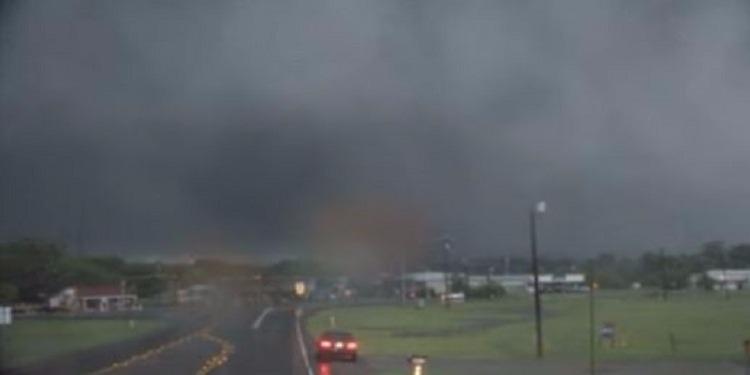 مقتل 5 أشخاص وإصابة 50 في إعصار تكساس