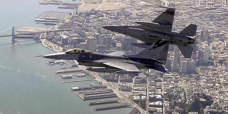 تركي يحاول الدخول إلى قمرة قيادة طائرة والجيش الأمريكي يرسل طائرتين حربيتين ''إف –22''