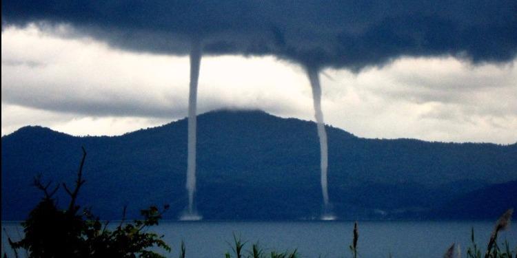 ظاهرة غريبة: أعمدة من الماء تتعالى إلى السماء