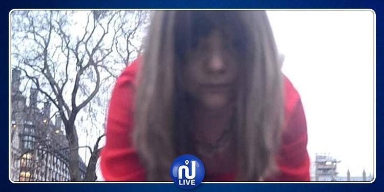 أثارت الريبة.. إمرأة تزحف على يديها وركبتيها في لندن! (فيديو)