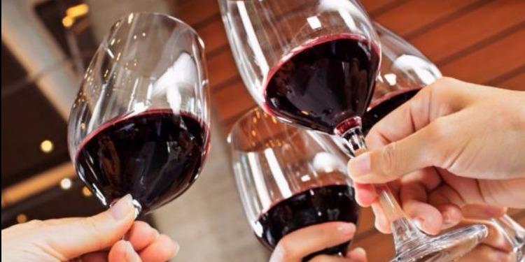 دراسة: شرب الكحول يساعد على التحدث باللغات الأجنبية