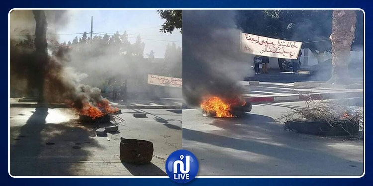 المكناسي: غلق البلدية والقباضة المالية وإشعال العجلات المطاطية