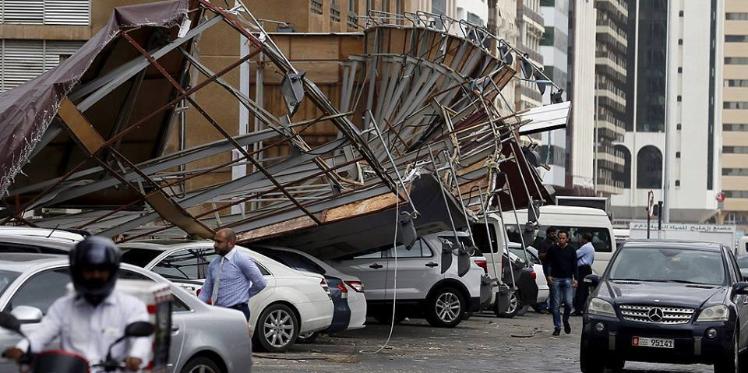 بالصور: إعصار وفيضانات في الإمارات