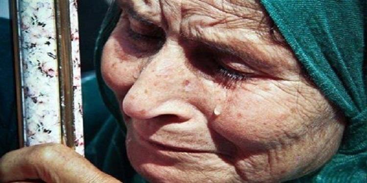 جمع إبنها ملابسها وطلبت زوجته منها الخروج.. عجوز تروي قصة طردها (فيديو)