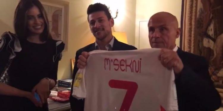السفير الفرنسي يستقبل يوسف المساكني في منزله (فيديو)