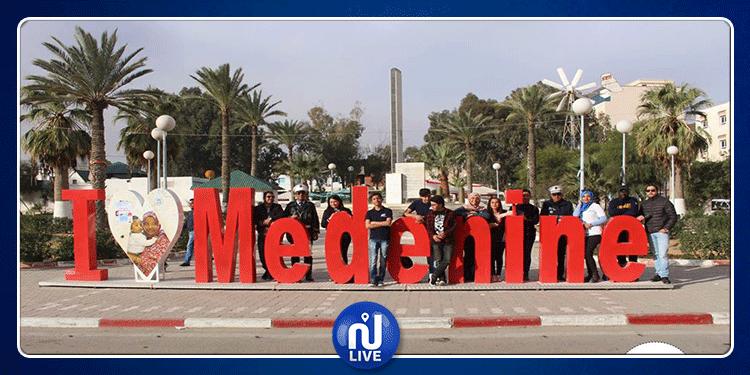 مدنين: بمناسبة عيد المرأة عون مرور يهدي وردة لإحدى النسوة (صور)