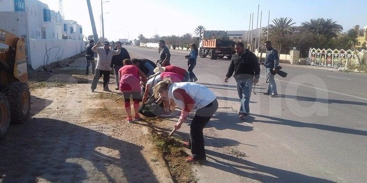 جربة: المتساكنون ينضمون حملة نظافة بمشاركة عدد من الأجانب (صور)