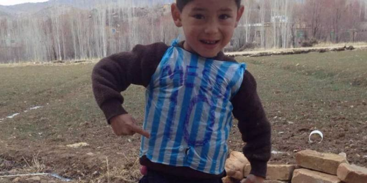 """الطفل الأفغاني """"عاشق ميسي"""".. من كيس بلاستيكي الى شهرة واسعة"""