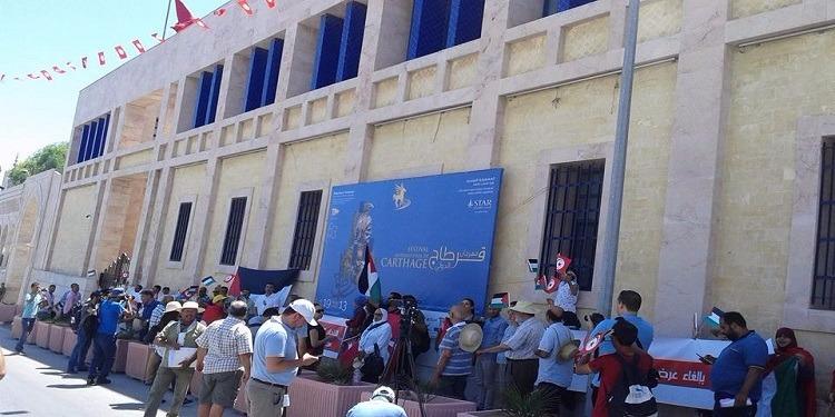 تحت شعار 'استقبال الأعداء خيانة للشهداء'...وقفة احتجاجية للمطالبة بإلغاء عرض ميشال بوجناح