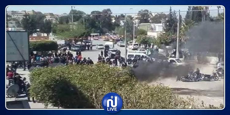سليانة: عمّال الحضائر يغلقون الطريق بالعجلات المطاطية