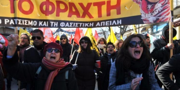 متظاهرون يحتجون على السياج الحدودي بين اليونان وتركيا