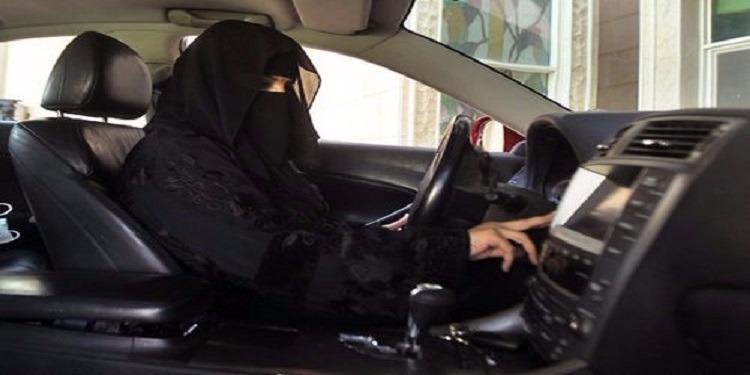 بعد السماح للمرأة بالقيادة: هذا أول سعودي يهدي زوجته سيارة ! (فيديو)