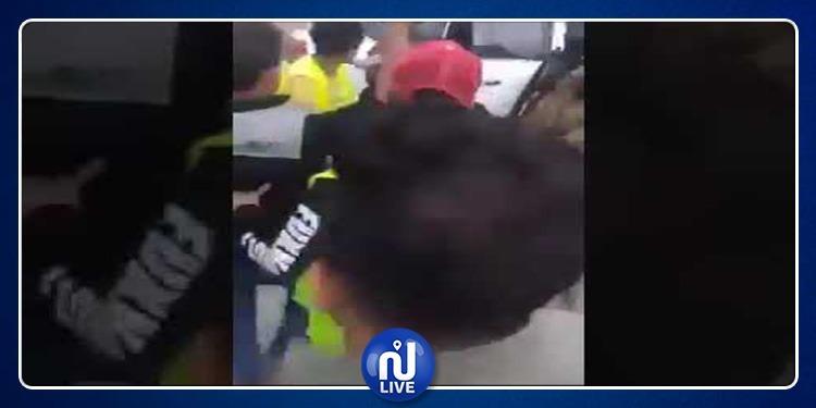 العراق: محافظ البصرة يترجل من سيارته لضرب أحد المتظاهرين (فيديو)