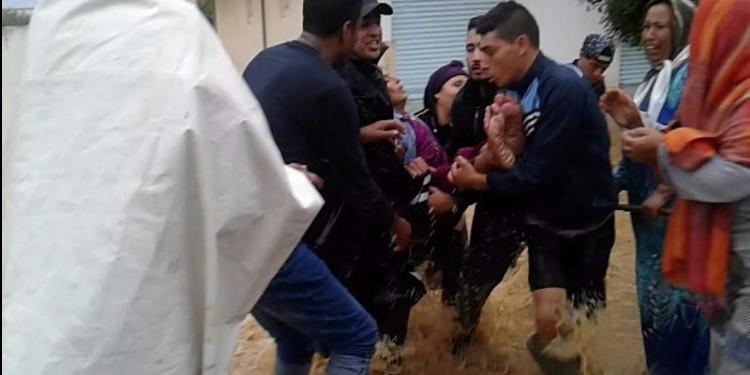 نابل: إنقاذ عجوز من الغرق في مياه الأمطار! (فيديو)