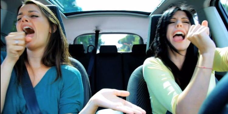 ممنوع الغناء أثناء القيادة.. والسبب !