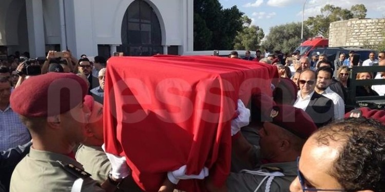 مرفوعا بين أيادي الجيش... جثمان الفقيد سليم شاكر يصل إلى مقبرة الجلاز