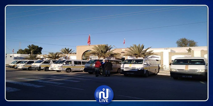حزوة: أصحاب سيارات النقل الريفي يواصلون احتجاجهم أمام مقر المعتمدية