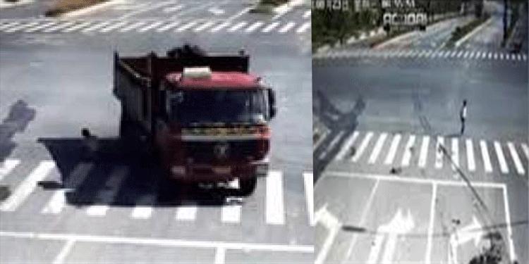 اصطدم بشاحنة مسرعة: راكب دراجة نارية ينجو من موت ساحق (فيديو)