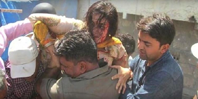 برلمانية هندية تسقط في حفرة للمجاري خلال لقاء صحفي (فيديو)