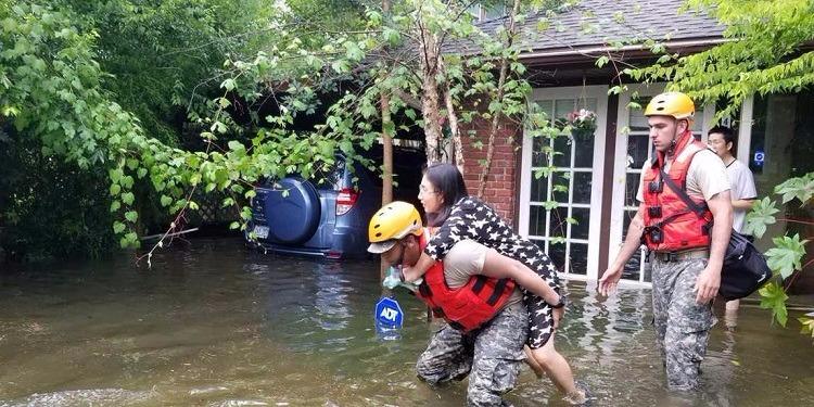 ترامب يعد بالتبرع بمبلغ مليون دولار لمساعدة ضحايا إعصار ''هارفي''