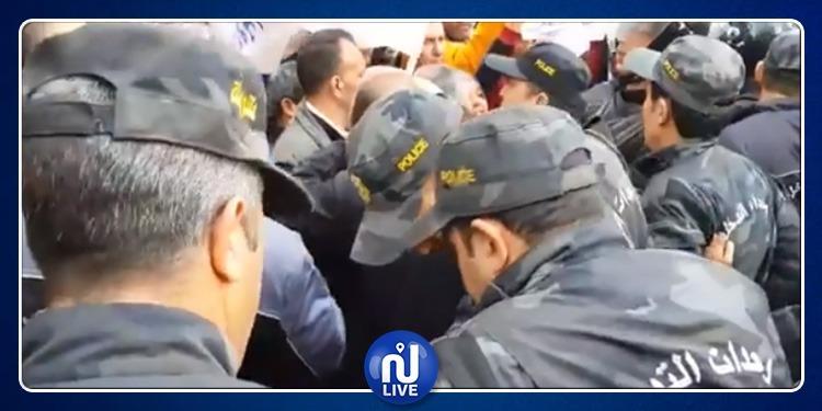 فوضى وتدافع.. الأمن يمنع الأولياء من دخول ساحة محمد علي (فيديو)